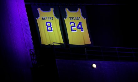 Les Lakers rendent hommage à Kobe Bryant au Staples Center de Los Angeles